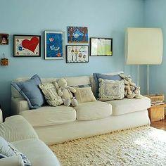 Usada pelas crianças, a sala de TV tem paredes pintadas de azul-provence (S1030-R80B), da Tintas Ypiranga, e decoradas com quadros feitos por elas. A luminária é presente de Eric Soares, dono da Arquivovivo. Sofá com capa da Belle Bergère. Almofadas feita (Foto: Marcelo Magnani)