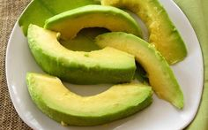 Você já ouviu dizer que abacate é uma fruta gordurosa e, por isso, deve ser evitada?A informação não procede. A gordura do abacate é monoinsaturada, ou seja, é benéfica.Pode ficar tranquilo.