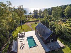 Trädäcket utanför huset erbjuder också bad i pool. Inte långt bort ser vi även havet.