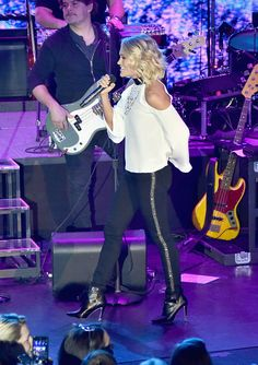 Country Music Artists, Country Music Stars, Country Singers, Carrie Underwood Pictures, Carrie Underwood Photos, Athletic Wear Brands, Cole And Savannah, Chris Young, Female Singers