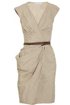 Натуральные ткани, драпировки, подчеркнутая талия. Хорошее платье для сочетания с зауженными брюками