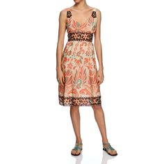 Abito 100% seta con spalline a fantasia floreale con sottoabito e una pratica cinta in tinta da annodare sotto il seno. Le spalline, il bordo inferiore e la cintura sono arricchiti con ricami tono su tono. Made in india.
