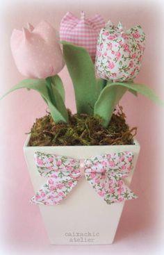 Vaso em madeira pintado de branco com 5 tulipas e laço em tecido.    Medida do vaso: 10x10x10cm    * Consultar desconto para pedido mínimo de 15 unidades. R$ 35,00