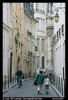 Narrow street. Paris, France (color)
