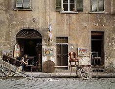 Via del Presto di San Martino (Piazza Santo Spirito, 27r). Foto anni 60/70(?) arigiano a lavoro.ConosciFirenze
