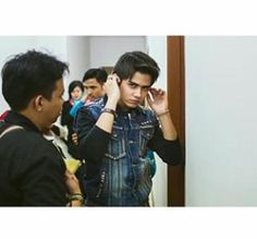 "[Dwikoarie IG] captionnya ""after this shot Aliando said 'let me see, let me see' haha - the kid is a true poser"""