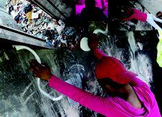 poema do meu  escárnio  poema do mundo  poema do reino  poema moribundo  poema, poema  coragem! não trema!    poema que adentra  break in the wall  poema que inventa?  mãos na parede, poema marginal!  poema que aguenta  ataque e possessão do mal  poema de coitado pra coitado  poema que veio submisso: foi estuprado!    os versos do poema sobem moribundos e faceiros  tal a fumaça dos cachimbos, fuzis, morteiros  poema escondido  dum estampido  >>>...