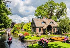 Giethoorn is enchanting village without roads in the Dutch province of Overijssel, Netherlands. Giethoorn is motor free and laced with canals The Places Youll Go, Places To See, Beautiful World, Beautiful Places, Beaux Villages, Day Tours, Venice Italy, Places To Travel, Destinations