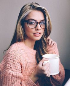 Want to look sexy and hot with glasses on? Here are the easy makeup tips for girls with glasses to make you look hot and sexy. Foto Portrait, Self Portrait Photography, Photography Ideas, Cute Glasses, Girls With Glasses, Glasses Frames, Blonde With Glasses, Girl Glasses, Brown Glasses