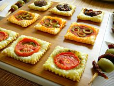 sfogliatine saporite - now If I could only translate it. Party Finger Foods, Finger Food Appetizers, Appetizer Recipes, Antipasto, Tapas, Catering, Food Garnishes, Food Platters, Happy Foods