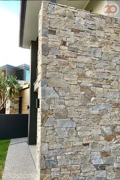 This stone cladding blade created a strong statement on this quality build at Bridgeman Downs #stonewall #stonemasonry #instadaily #midcenturystyle #follo #architecturephotography #photooftheday #landscapearchitecture #brisbanehomes #queenslandhomes #realestate #instagood #styleblogger #styleinspo #houseinspo #instastyle #aspen #brisbane #cladding #mansions #queenslandbuilder #stone