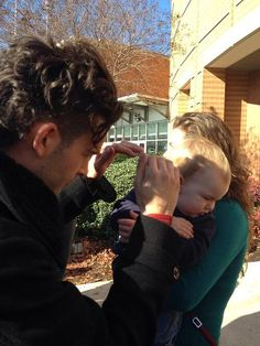 Matt Healy Could he get any sweeter? Blocking the sun from a babies' eyes! Matty Healy Hair, Matt Healy, The 1975 You, The 1975 Quotes, The 1975 Matthew Healy, 1975 Band, Everybody Talks, George Daniel, Baby Eyes