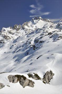 """Macizo Occidental o del Cornión - Parque Nacional de los Picos de Europa (Asturias). Dicen que """"nieve en octubre 7 meses cubre"""". Los montes empiezan a teñirse de blanco para que vivamos plenamente la temporada de esquí!!"""