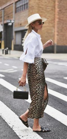 10 Cool Ways To Style A Leopard Satin Skirt weworewhat wearing a white shirt a leopard skirt black mules a straw hat and a black mini bag Street Style Chic, Looks Street Style, Leopard Skirt Outfit, Skirt Outfits, Work Outfits, Casual Outfits, Look Fashion, Trendy Fashion, Fashion Outfits