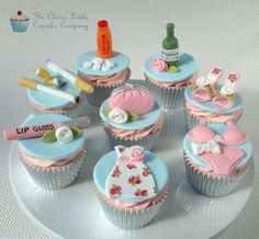 Cupcakes depicting a girl's night out – even the hangover cure of Lucozade and paracetamol. All vanilla cupcakes. Love Cupcakes, Vanilla Cupcakes, Decorated Cupcakes, Heart Cupcakes, Beautiful Cupcakes, Francisco Javier Rodriguez, Bachelorette Party Cupcakes, Bachelorette Ideas, Girly Cakes