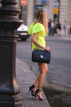 Street Style At Paris Fashion Week Chanel & Neon dress. Vestidos Neon, Top Mode, Neon Dresses, La Mode Masculine, Vogue, Street Style, Mode Inspiration, Fashion Inspiration, Coco Chanel