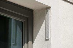 6. Dieser spezielle Schalldämmlüfter wurde in die Fensterlaibung integriert. Er ermöglicht eine manuelle Lüftung und dämmt gleichzeitig den Lärm des Straßenverkehrs. Foto: Deutsche Poroton / Gerhard Zwickert