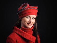 Le basic de chez Nelly Bichet   Intemporel et indémodable ce chapeau en lainage se plie à plat pour se glisser dans votre sac et grâce à ses armatures reprend sa forme impeccablement.  avec un biais de satin à pois ou à rayure il vous protège du froid avec classe.