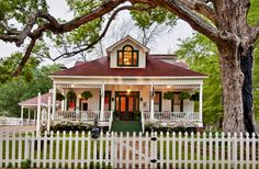 White Oak Manor bed and breakfast in Jefferson Texas. Three distinctive rooms each with private bathrooms and many other amenities.