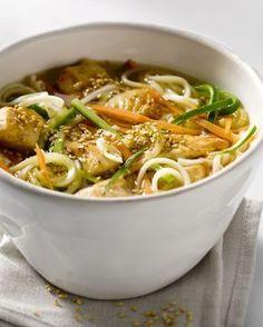 Een heerlijk snel en licht wokgerechtje, deze noedels met kip en knapperige groentjes. Klaar in slechts 20 minuten!