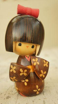 Japanese Kokeshi Doll by SycamoreVintage on Etsy Momiji Doll, Kokeshi Dolls, Blythe Dolls, Daruma Doll, Wood Peg Dolls, Doll Painting, China Dolls, Wooden Pegs, Nihon
