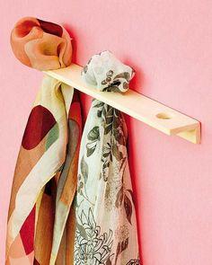 Con dos trocitos de madera Para los pañuelos de seda, podríamos usar un organizador simple como este, que prácticamente no utilizaría nada de espacio.