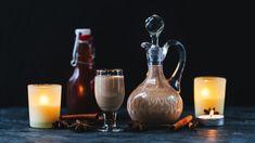 Zkuste každoroční vaječňák letos trochu obměnit – přidejte do něj perníkové koření nebo se rovnou pusťte do přípravy domácího perníčkového likéru. Krásně voní akořeněný rum do základu můžete mít hotový idlouho předem. OVánocích ho pak už jen smícháte sostatními ingrediencemi. Cocktails, Drinks, Korn, Wine Decanter, Vodka, Barware, Kitchen Appliances, Syrup, Craft Cocktails