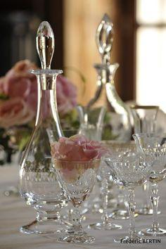 Mise en scène végétale avec carafes et verres Cristallerie de Champagne, photo de JL SCOTTO