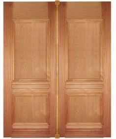 Com desenho tradicional, esta porta dupla de madeira maciça tem abertura simples e mede 1,79 x 2,15 m. Garantia de 2 anos. Bras Real, 3 x R$ 550. (I E)