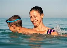 4 παιχνίδια που εύκολα θα κάνουν το παιδί να κολυμπάει...σαν δελφίνι!