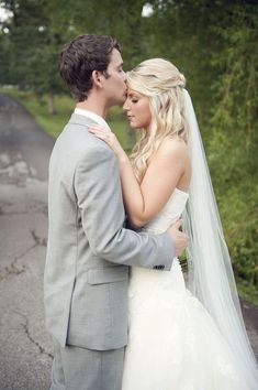 loving the way the veil drops straight down from her loose hairstyle