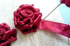 Delicadezas en crochet Gabriela: Rosas rococo bordadas en cintas