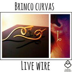 Brinco curvas live wire, confeccionado em Prata 950 com banho de ouro amarelo.