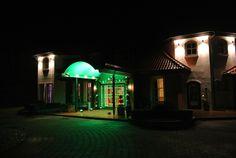 Hochzeitssaleingang mit grüner Ambiente-Beleuchtung