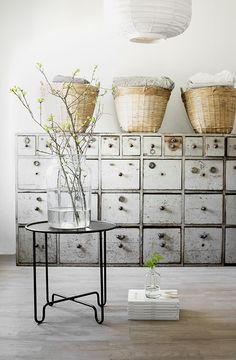 © Vintage House Sandra Nilsson ★ Brocante, déco vintage industrielle brocante campagne This would be a good alternative to shelves. Decor, Industrial Interior, Interior Inspiration, Furniture, Vintage House, Vintage Lockers, Home Decor, House Interior, Home Deco