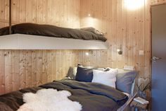 Soverom med skreddersydde køyesenger Modern Lake House, Modern Cottage, Bunk Rooms, Cottage Furniture, Cabin Design, Cottage Interiors, Scandinavian Home, Interior Design, Interior Ideas