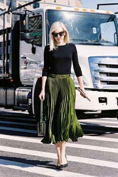 Vanessa Jackman: New York Fashion Week SS in her green gucci skirt Nail Design, Nail Art, Nail Salon, Irvine, Newport Beach Green Pleated Skirt, Pleated Skirt Outfit, Skirt Outfits, Mode Outfits, Look Chic, New York Fashion, Fashion News, Autumn Fashion, Street Style