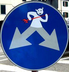 Panneau direction obligatoire détourné : #panneau #obligatoire #detourne #route #signalisation #humour #voiture #panel #trafficsign #road #car #chainesbox
