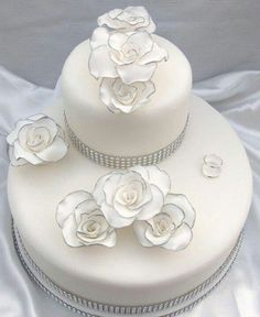 Torta nuziale bianca e delicata con fiori. Guarda altre immagini di torte nuziali: http://www.matrimonio.it/collezioni/torte_nuziali/5__cat