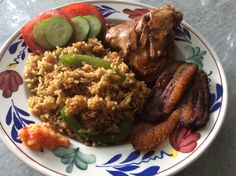 Surinaamse nasi met kip in ketjap, bakbanaan en sambal.
