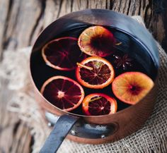 Mulled Juices are a brilliant non-alcoholic version of mulled wine. Perfect for those pregnant or driving at Christmas time. All the lovely spices of mulled wine in a hot, spice infused, fruity drink. Yule, Non Alcoholic Mulled Wine, Wine Drinks, Beverages, Galette Des Rois Recipe, Christmas Lunch, Merry Christmas, Christmas Decor, Holiday Cocktails
