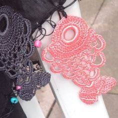 Crochet Ornaments, Crochet Borders, Bare Foot Sandals, Crochet Accessories, Crochet Baby, Diy Jewelry, Tatting, Diy And Crafts, Crochet Earrings