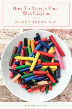 Wax crayons can easily break and go to waste. How do you make sure you use them all up so the kids can craft and colour as much as possible with them? Here's how to recycle your wax crayons! Projects For Kids, Crafts For Kids, Best Toddler Gifts, Crayon Crafts, Wax Crayons, Cool Gifts For Kids, No Plastic, Toddler Meals, Home Crafts