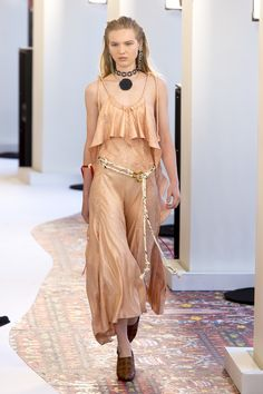 The complete Chloé Spring 2019 Ready-to-Wear fashion show now on Vogue Runway. Style Couture, Couture Fashion, Vogue, Spring Summer Fashion, Autumn Winter Fashion, Fashion Wear, Fashion Looks, Fashion Dresses, Style Année 90