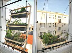 Alsof je je wasrekje buiten hangt, zo kantelen de Parijse ontwerpers Barreau & Charbonnet hun raamtuin met een takel in positie. Deze nieuwe variant van de raamtuin is speciaal ontworpen voor mensen zonder tuin of balkon.