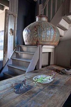 mooie ruimte in grijze tinten. De gezelligheid van een open keuken Gave tafel en opberg kruk Lijkt mij een mooi oud huis...