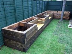 Garden Design Les Mable's raised beds with bench seats from new railway sleepers - Want to learn how to build a raised bed in your garden? Here's a list of the best free DIY raised garden bed plans Small Backyard Gardens, Backyard Garden Design, Small Backyard Landscaping, Backyard Ideas, Garden Ideas, Backyard Patio, Raised Gardens, Pallet Landscaping Ideas, Mulch Landscaping