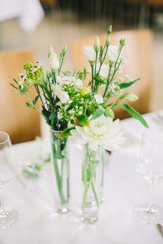 Dezente Tischdecke in klaren Glasvasen. Blumenkombi aus Lisianthus, Ornithogalum, Disteln, Dahlien, Phlox und Schleierkraut. Foto: Christin Lange aus Hannover