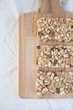 Come si preparano delle barrette energetiche fai da te? Ecco una ricetta semplice e veloce, con cereal, marmellata e frutta secca. Muesli, Granola, Healthy Sweets, Healthy Recipes, Biscuit Cookies, Finger Foods, Bakery, Food And Drink, Homemade