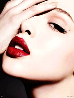 bold simplicity: black liner + red lips + nude nails